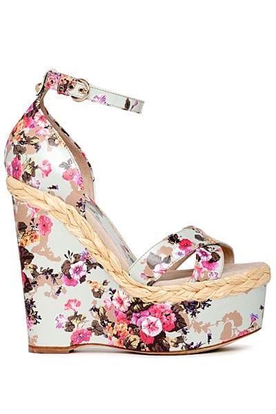 Üzeri desenli dolgu topuklu bayan Yazlık ayakkabı modeli yaza damgasını vuracak Birbirinden modern kullanışlı Bayn Yazlık Ayakkaı çeşitleri